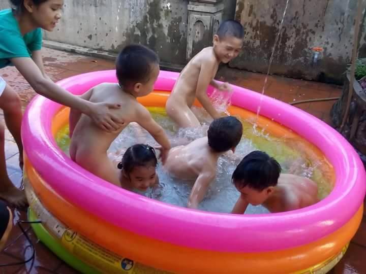 """Nắng nóng, phụ huynh rinh """"bể bơi tận nhà"""" cho con-2"""