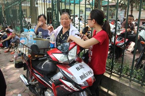 nguoi phat nuoc mien phi cho benh nhan ung thu giua trua he - 3