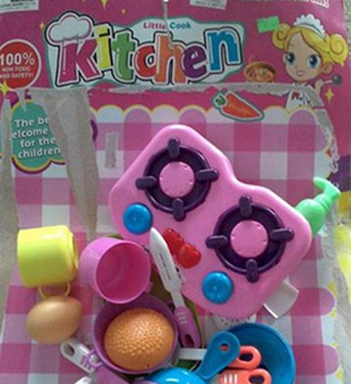 Môi bé gái biến dạng vì ngậm đồ chơi Trung Quốc-2