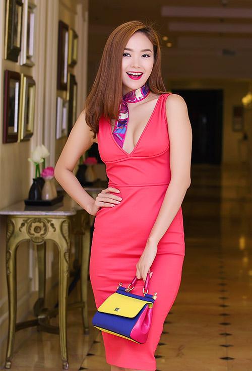 minh hang khoe duong cong voi vay om bo sat - 3