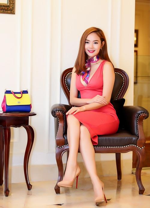 minh hang khoe duong cong voi vay om bo sat - 8