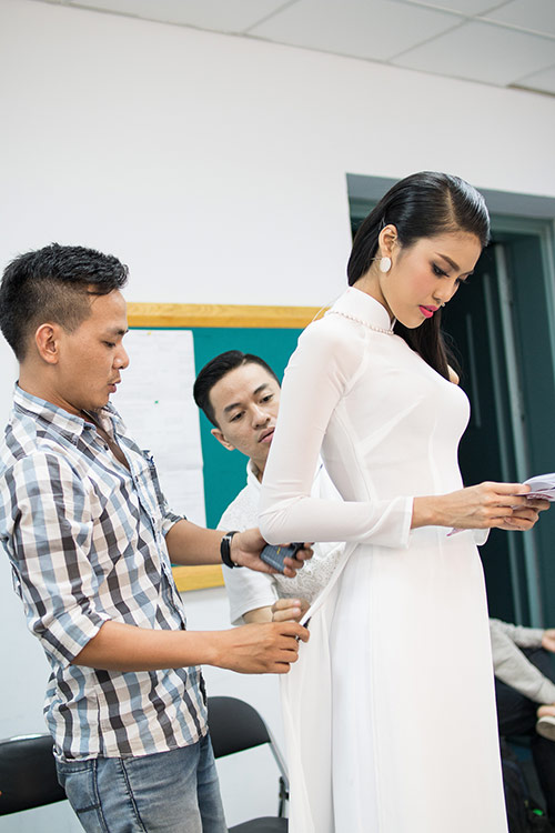 hoa khoi lan khue dien ao dai trang muot lam mc - 8