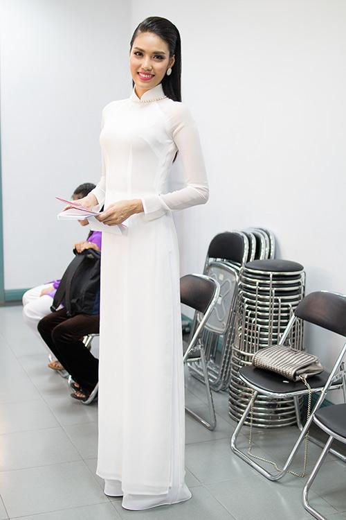 hoa khoi lan khue dien ao dai trang muot lam mc - 7