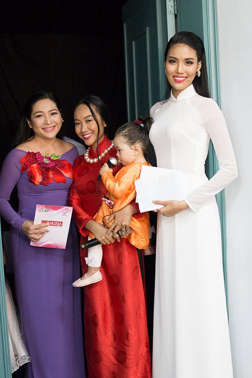 hoa khoi lan khue dien ao dai trang muot lam mc - 14