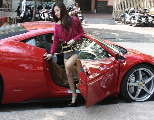 midu khoe dang cung dan sieu xe cua chong sap cuoi - 3