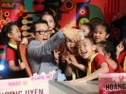 """Làm mẹ - Tập 1 Đồ Rê Mí 2015: Hoàng Bách nhí nhảnh """"tự sướng"""" với Top 12"""