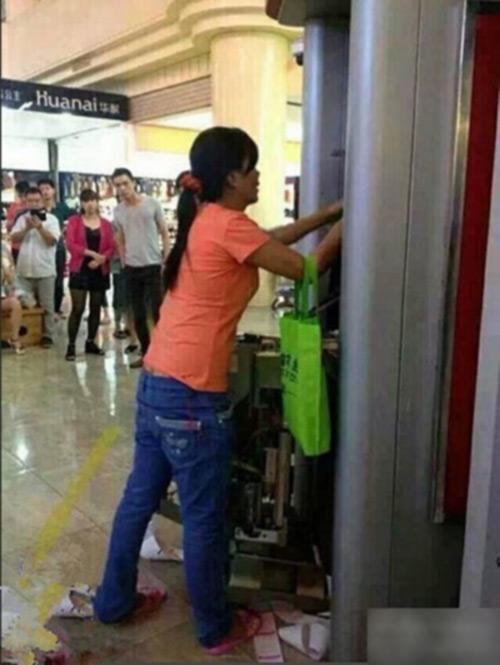 tq: mot phu nu pha nat may atm bang tay khong - 3