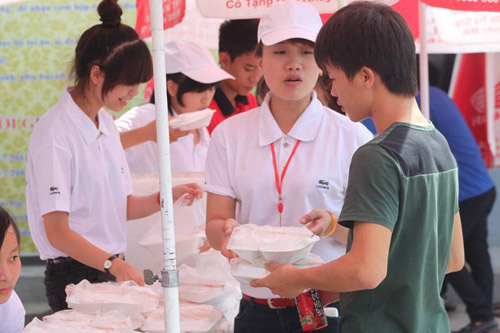nghe an: 6.000 suat com mien phi tiep suc thi sinh - 1
