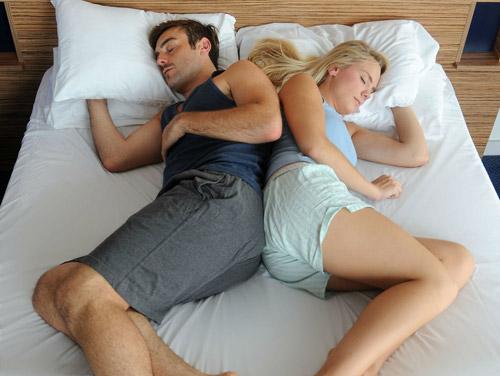 Tiết lộ tư thế ngủ của người chồng yêu vợ-4