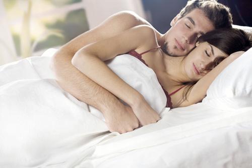 Tiết lộ tư thế ngủ của người chồng yêu vợ-1