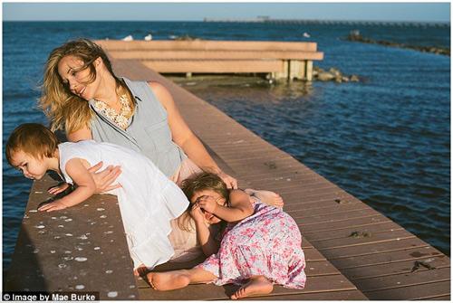 Bộ ảnh mẹ kéo áo cho 2 con bú bên bờ biển đẹp ngọt ngào-11