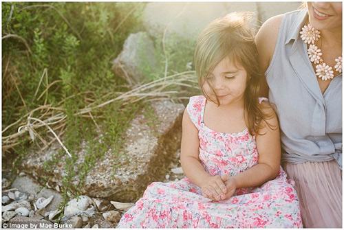 Bộ ảnh mẹ kéo áo cho 2 con bú bên bờ biển đẹp ngọt ngào-12