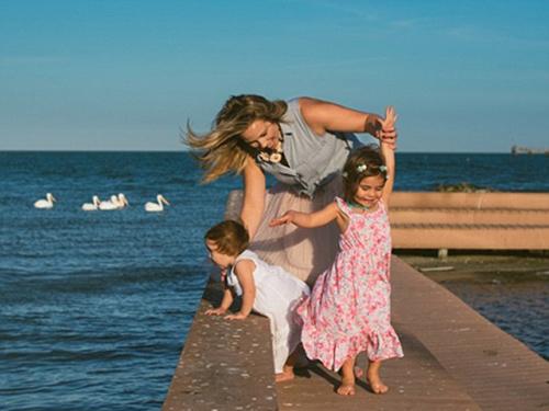Bộ ảnh mẹ kéo áo cho 2 con bú bên bờ biển đẹp ngọt ngào-13