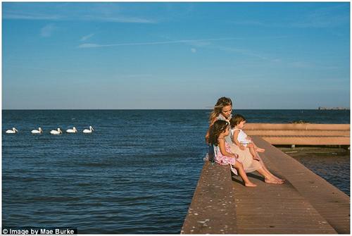 Bộ ảnh mẹ kéo áo cho 2 con bú bên bờ biển đẹp ngọt ngào-14