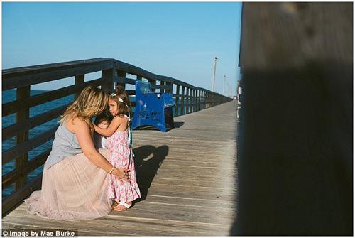 Bộ ảnh mẹ kéo áo cho 2 con bú bên bờ biển đẹp ngọt ngào-15