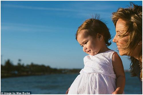 Bộ ảnh mẹ kéo áo cho 2 con bú bên bờ biển đẹp ngọt ngào-16