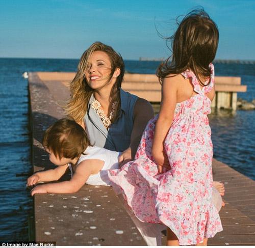 Bộ ảnh mẹ kéo áo cho 2 con bú bên bờ biển đẹp ngọt ngào-2