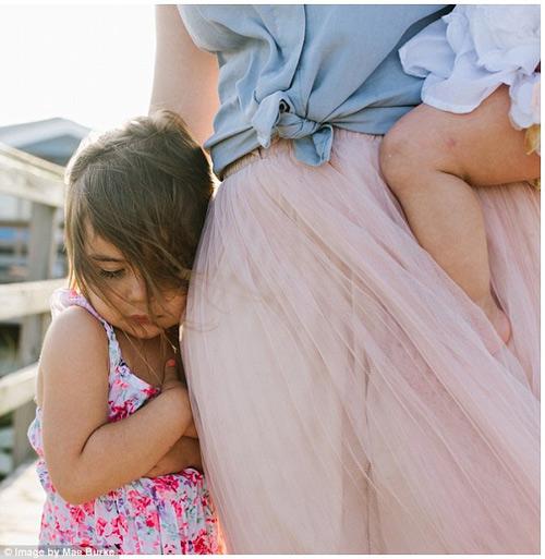 Bộ ảnh mẹ kéo áo cho 2 con bú bên bờ biển đẹp ngọt ngào-8