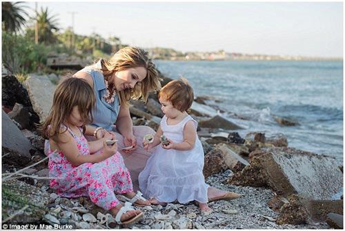 Bộ ảnh mẹ kéo áo cho 2 con bú bên bờ biển đẹp ngọt ngào-9