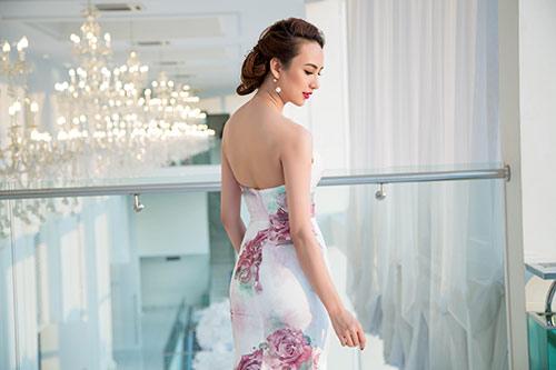Hoa hậu Ngọc Diễm eo thon, lưng ong hút mắt người đối diện-2