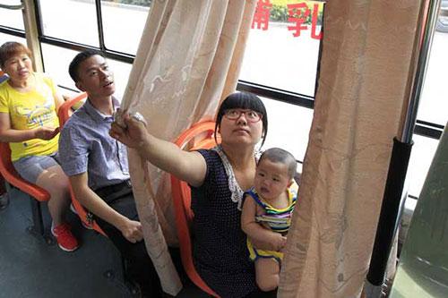 Người dân hào hứng với xe bus có buồng mẹ cho con bú-2