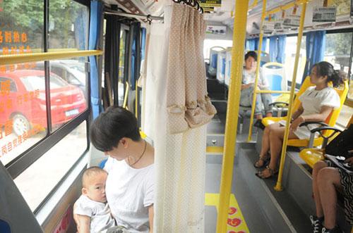 Người dân hào hứng với xe bus có buồng mẹ cho con bú-3