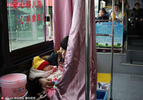 Người dân hào hứng với xe bus có buồng mẹ cho con bú-4