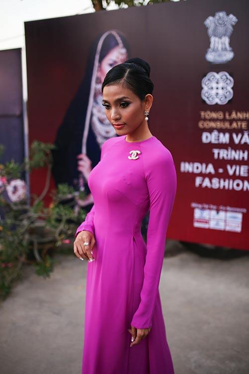 """Á hậu Trương Thị May """"mặc lại"""" áo dài từng thi Miss Universe 2013-1"""