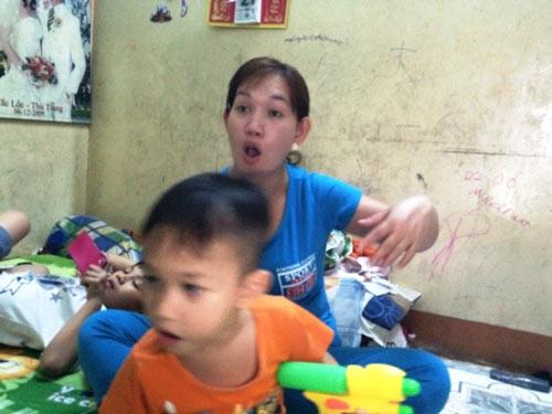Các bà mẹ ở Sài Gòn lo sợ rỉ tai nhau chuyện