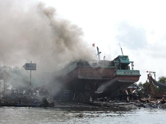 Tàu cá chứa 8.000 lít dầu bốc cháy dữ dội sau tiếng nổ-1