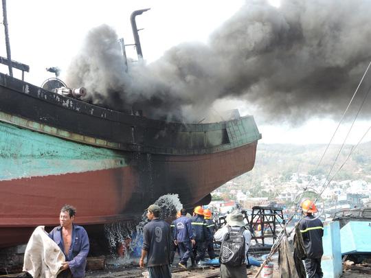 Tàu cá chứa 8.000 lít dầu bốc cháy dữ dội sau tiếng nổ-2