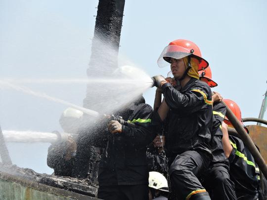 Tàu cá chứa 8.000 lít dầu bốc cháy dữ dội sau tiếng nổ-4