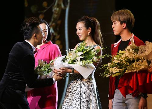 Hoa hậu Thu Hoài lần đầu đưa 3 con đi sự kiện-8