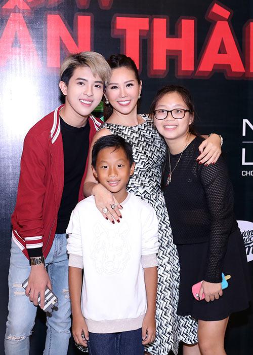 Hoa hậu Thu Hoài lần đầu đưa 3 con đi sự kiện-3