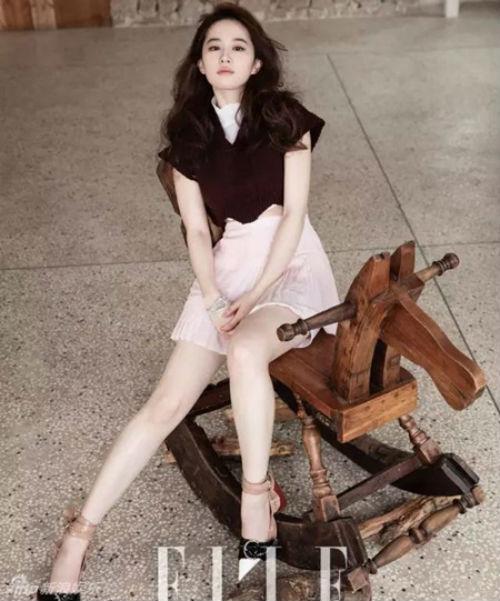 Lưu Diệc Phi khoe chân thon dài trên tạp chí-1