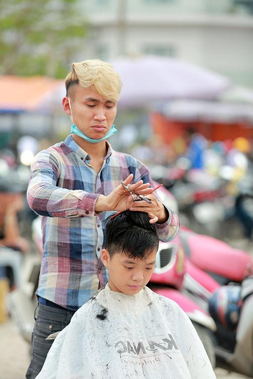 Người dân Thủ đô xếp hàng chờ cắt tóc miễn phí-7