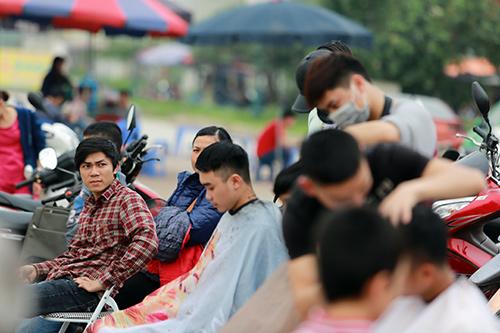 Người dân Thủ đô xếp hàng chờ cắt tóc miễn phí-10