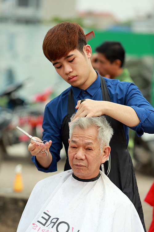 Người dân Thủ đô xếp hàng chờ cắt tóc miễn phí-9