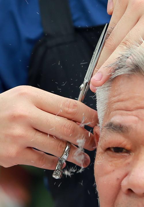 Người dân Thủ đô xếp hàng chờ cắt tóc miễn phí-3