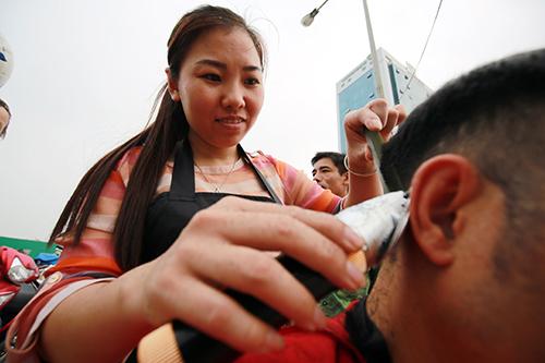 Người dân Thủ đô xếp hàng chờ cắt tóc miễn phí-4