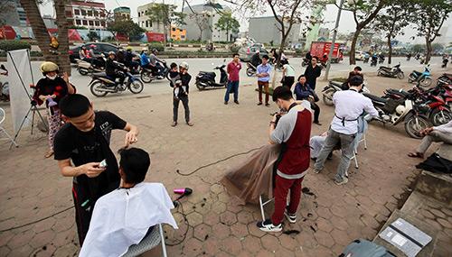 Người dân Thủ đô xếp hàng chờ cắt tóc miễn phí-1