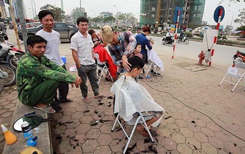 Người dân Thủ đô xếp hàng chờ cắt tóc miễn phí-11