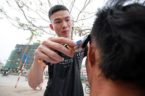 Người dân Thủ đô xếp hàng chờ cắt tóc miễn phí-2