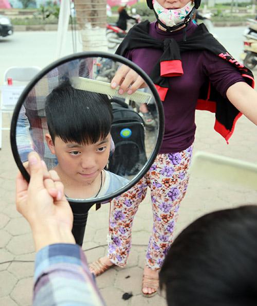 Người dân Thủ đô xếp hàng chờ cắt tóc miễn phí-8