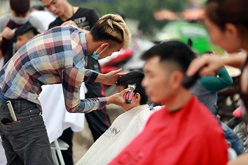 Người dân Thủ đô xếp hàng chờ cắt tóc miễn phí-6