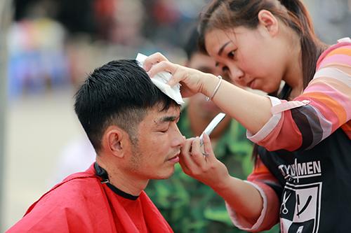 Người dân Thủ đô xếp hàng chờ cắt tóc miễn phí-5