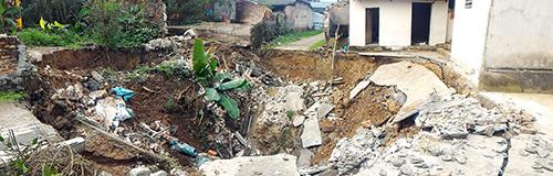 'Hố tử thần' rộng 10 mét xuất hiện ở Hà Nội-1