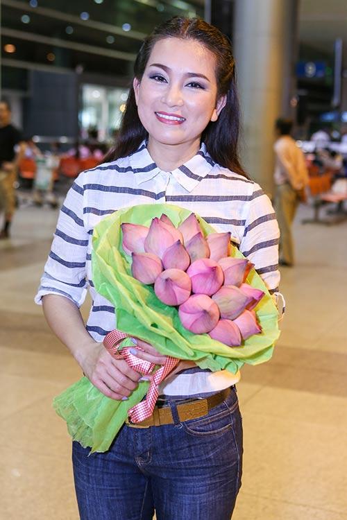 manh quynh, huong thuy duoc fan ra san bay don luc 1h dem - 5