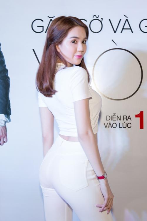 ngoc trinh khoe vong eo 56cm giua hang nghin khan gia - 3