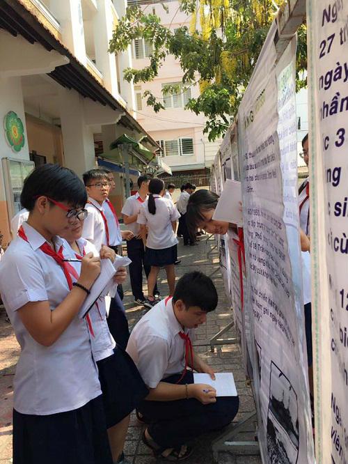 hoc sinh hoc lich su bang ap phich duoi san truong - 6
